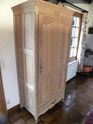 Décapage par aérogommage de meuble en bois