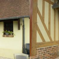 Décaper les parties boisées de la façade d\'une maison